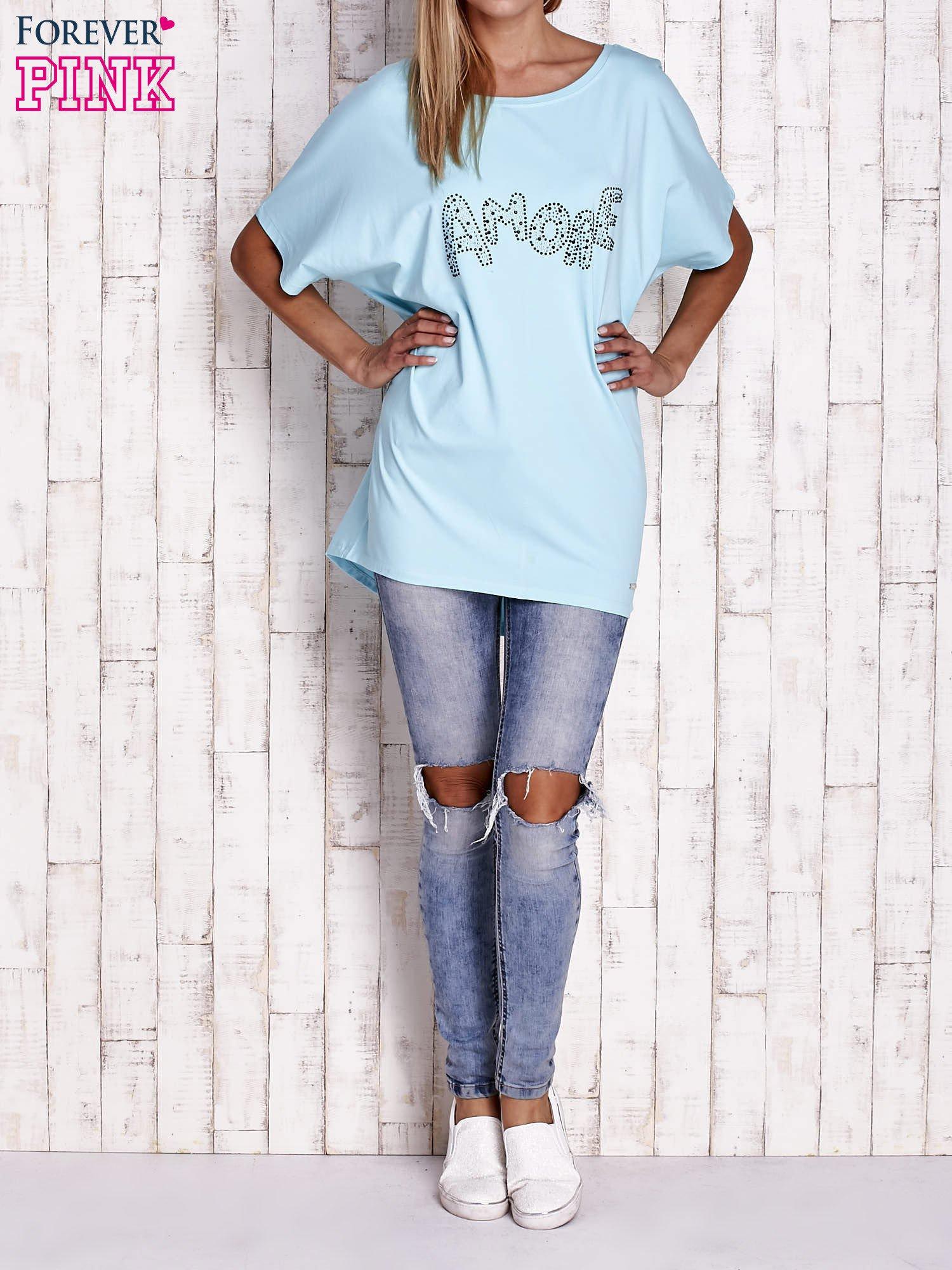 Turkusowy t-shirt z biżuteryjnym napisem AMORE                                  zdj.                                  4