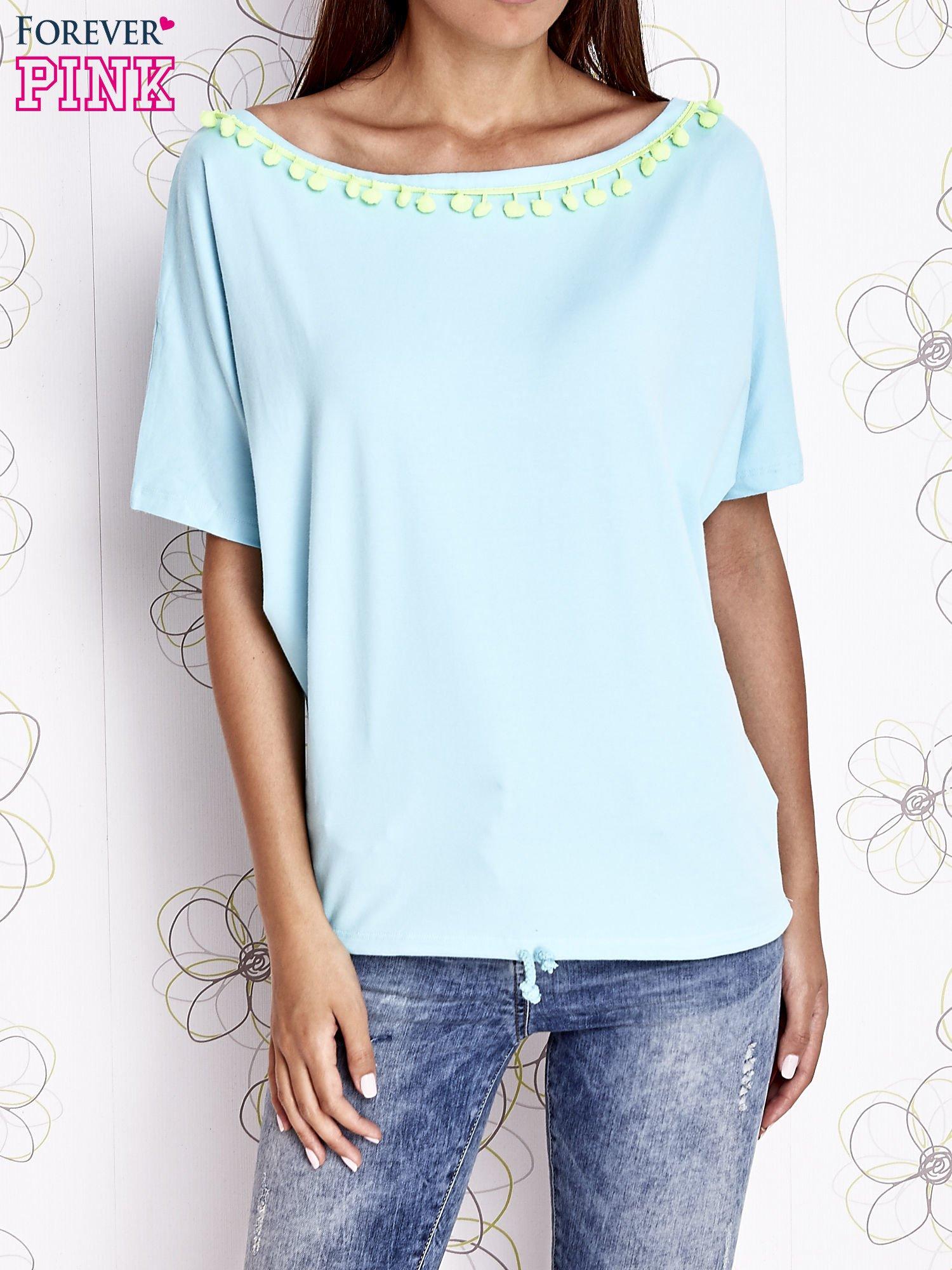 Turkusowy t-shirt z kolorowymi pomponikami przy dekolcie                                  zdj.                                  1