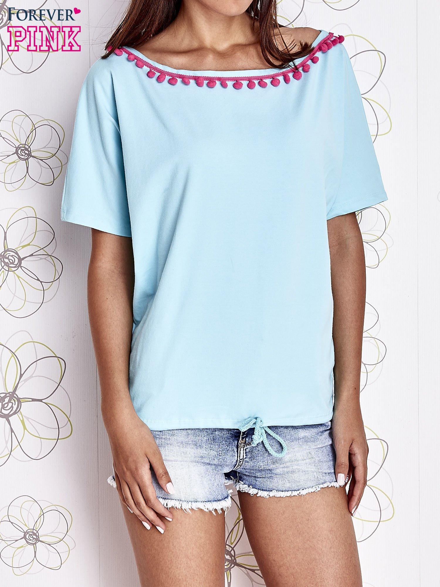 Turkusowy t-shirt z różowymi pomponikami przy dekolcie                                  zdj.                                  1