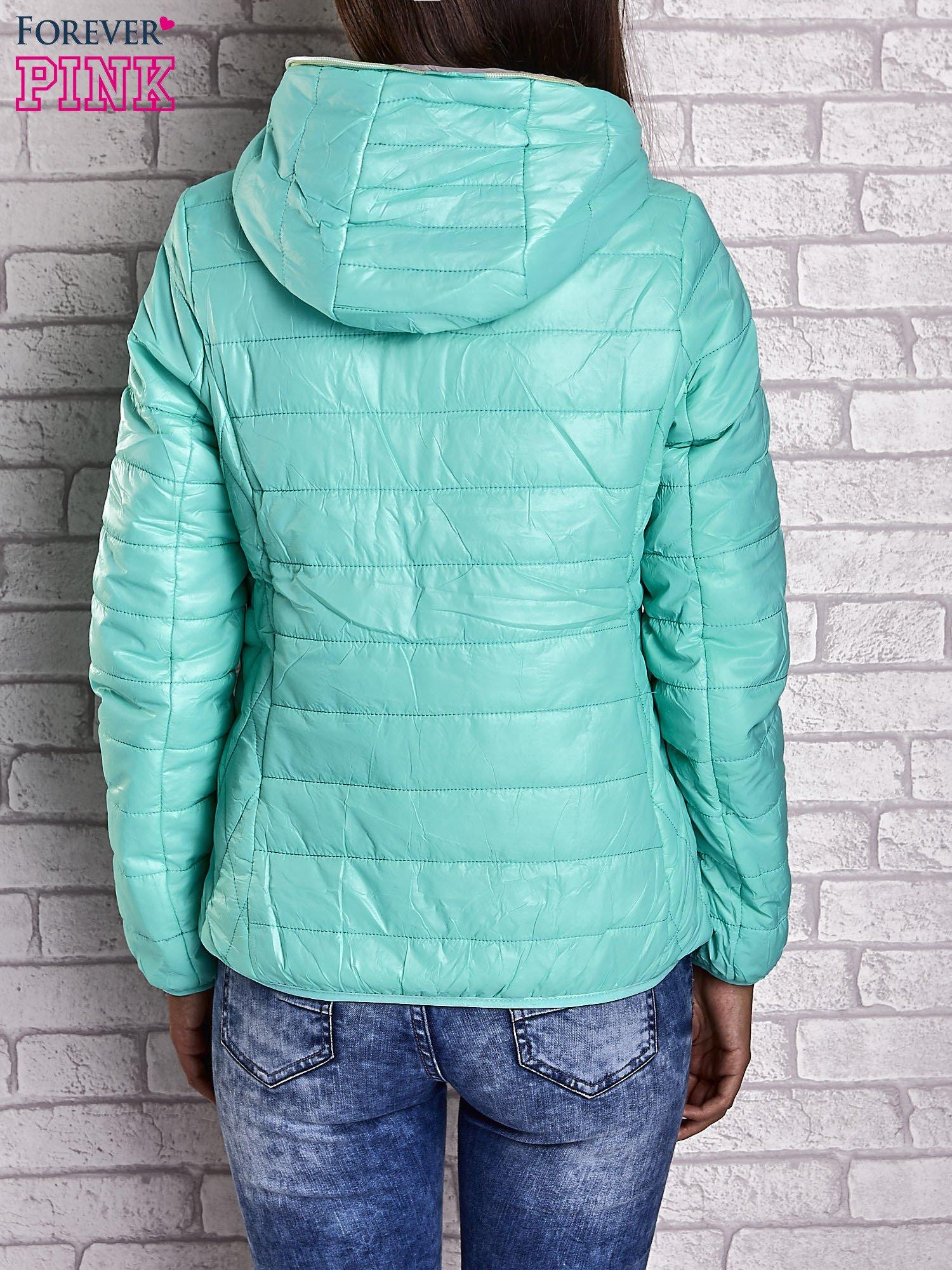 Zielona ocieplana kurtka z kontrastowym wykończeniem kaptura                                  zdj.                                  2