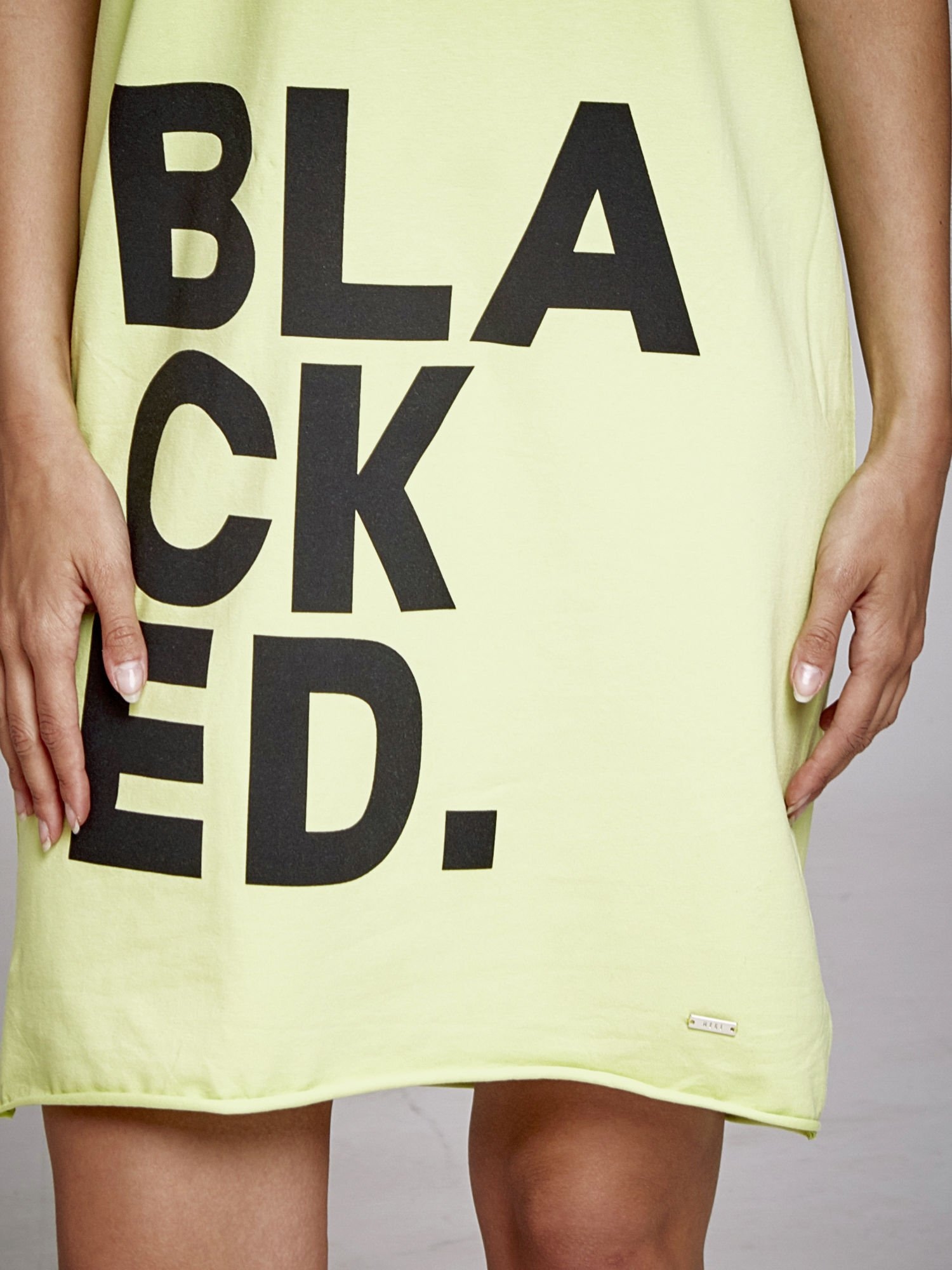 Zielona sukienka dresowa z napisem BLACKED                                  zdj.                                  5