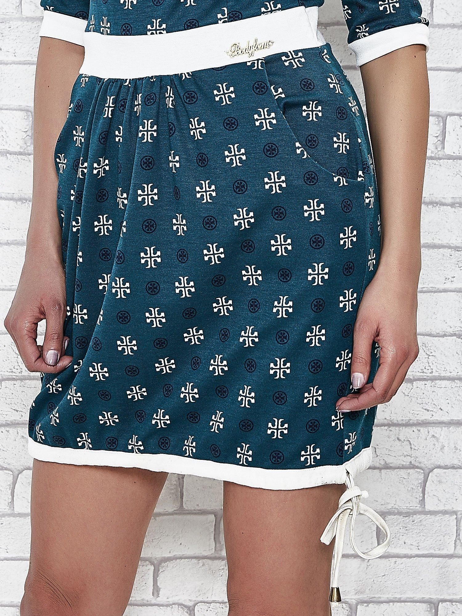 Zielona sukienka we wzory z podkreśloną talią                                  zdj.                                  6