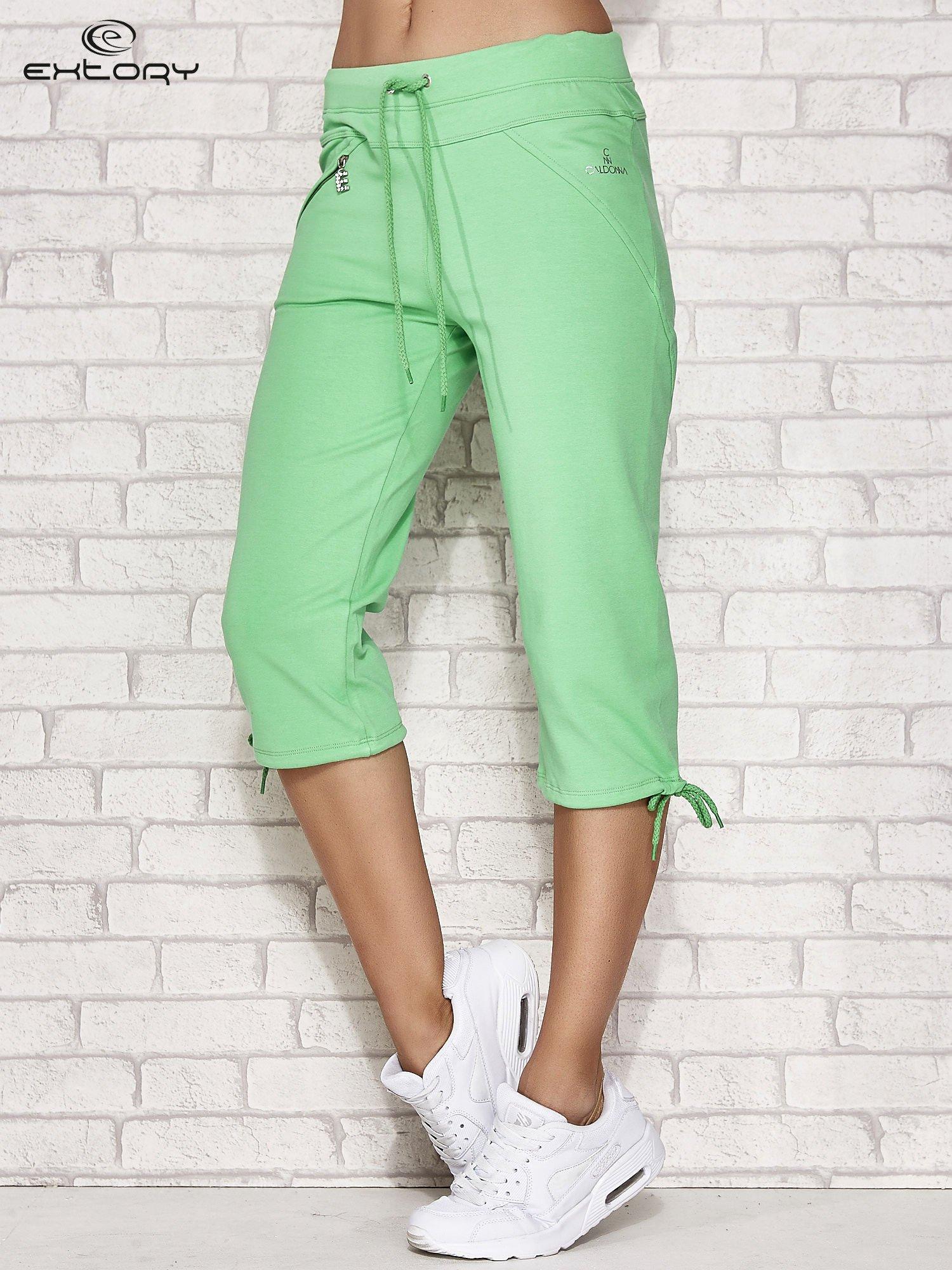 Zielone spodnie dresowe capri z kieszonką                                  zdj.                                  1