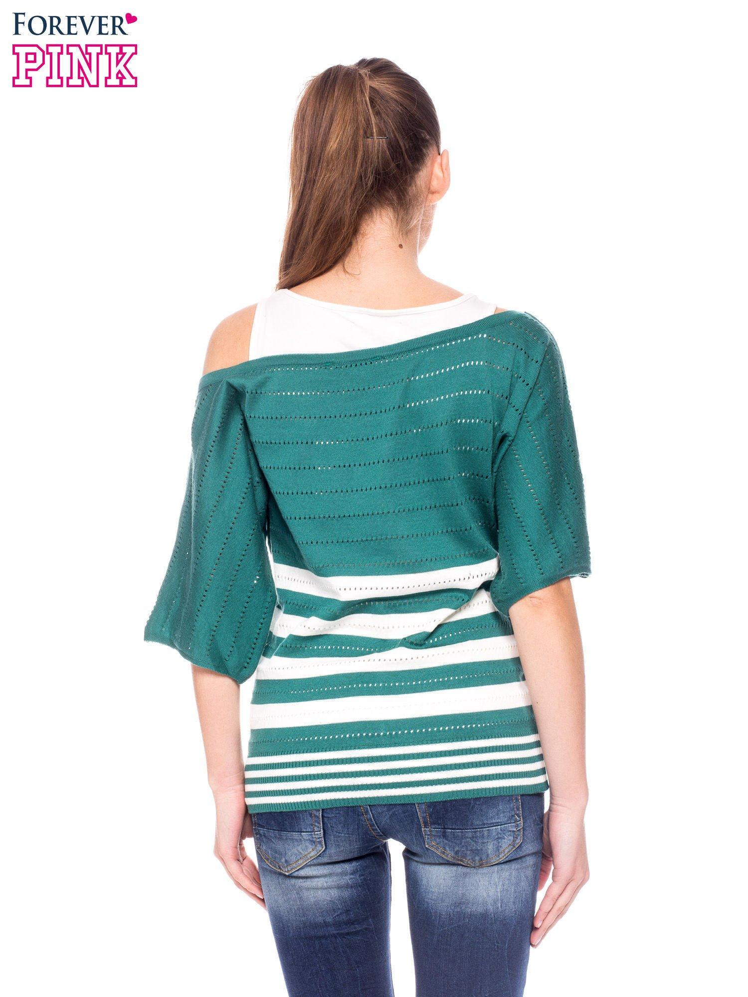 Zielony sweter w paski z szerokim dekoltem                                  zdj.                                  4