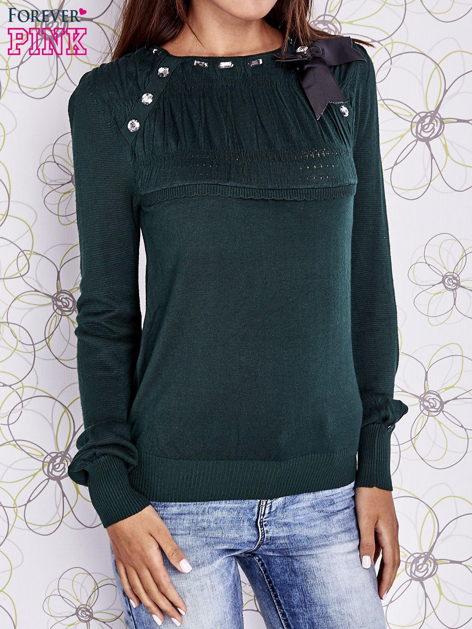 Zielony sweter z aplikacją i kokardą przy dekolcie                                  zdj.                                  1