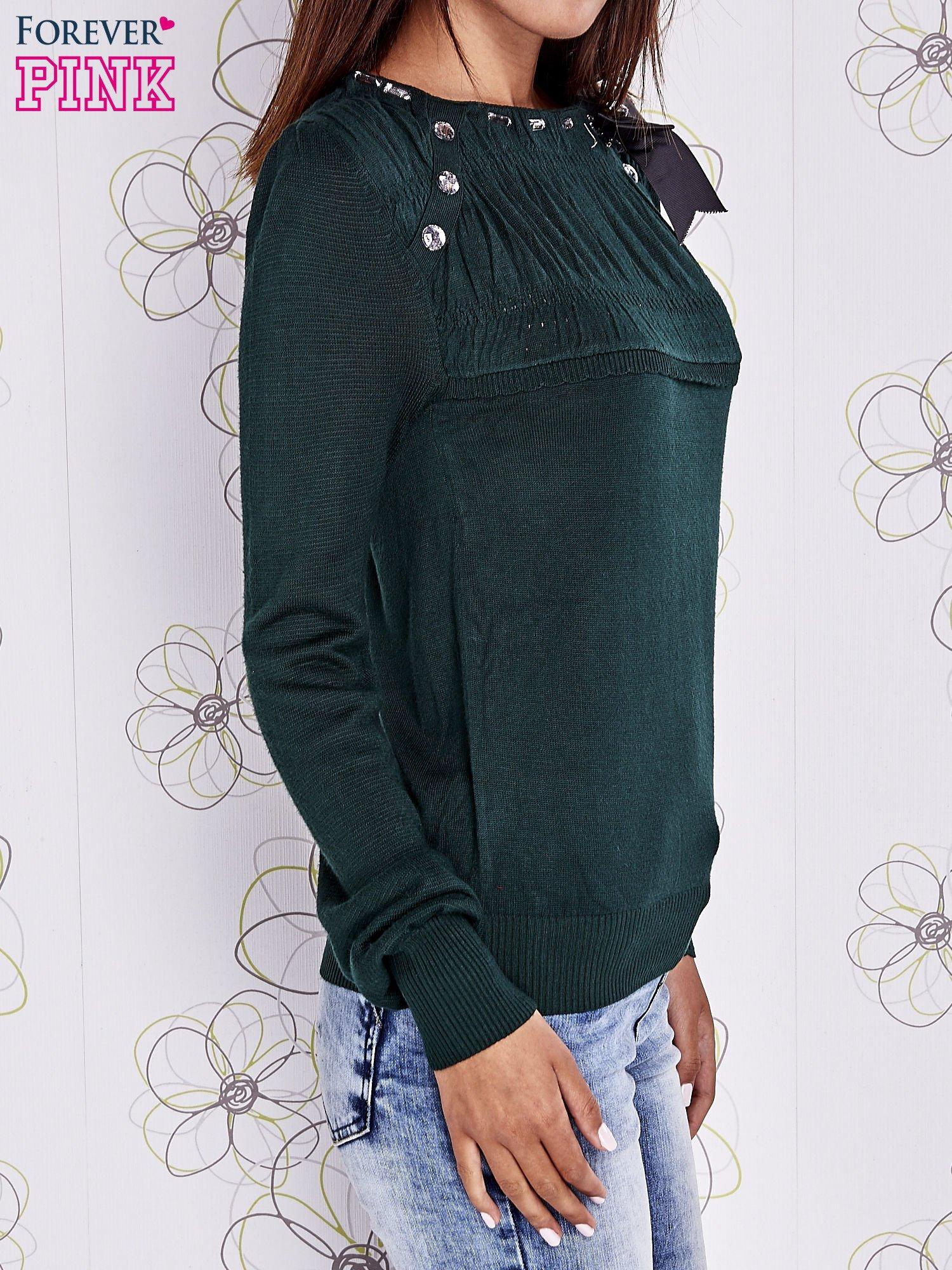Zielony sweter z aplikacją i kokardą przy dekolcie                                  zdj.                                  3