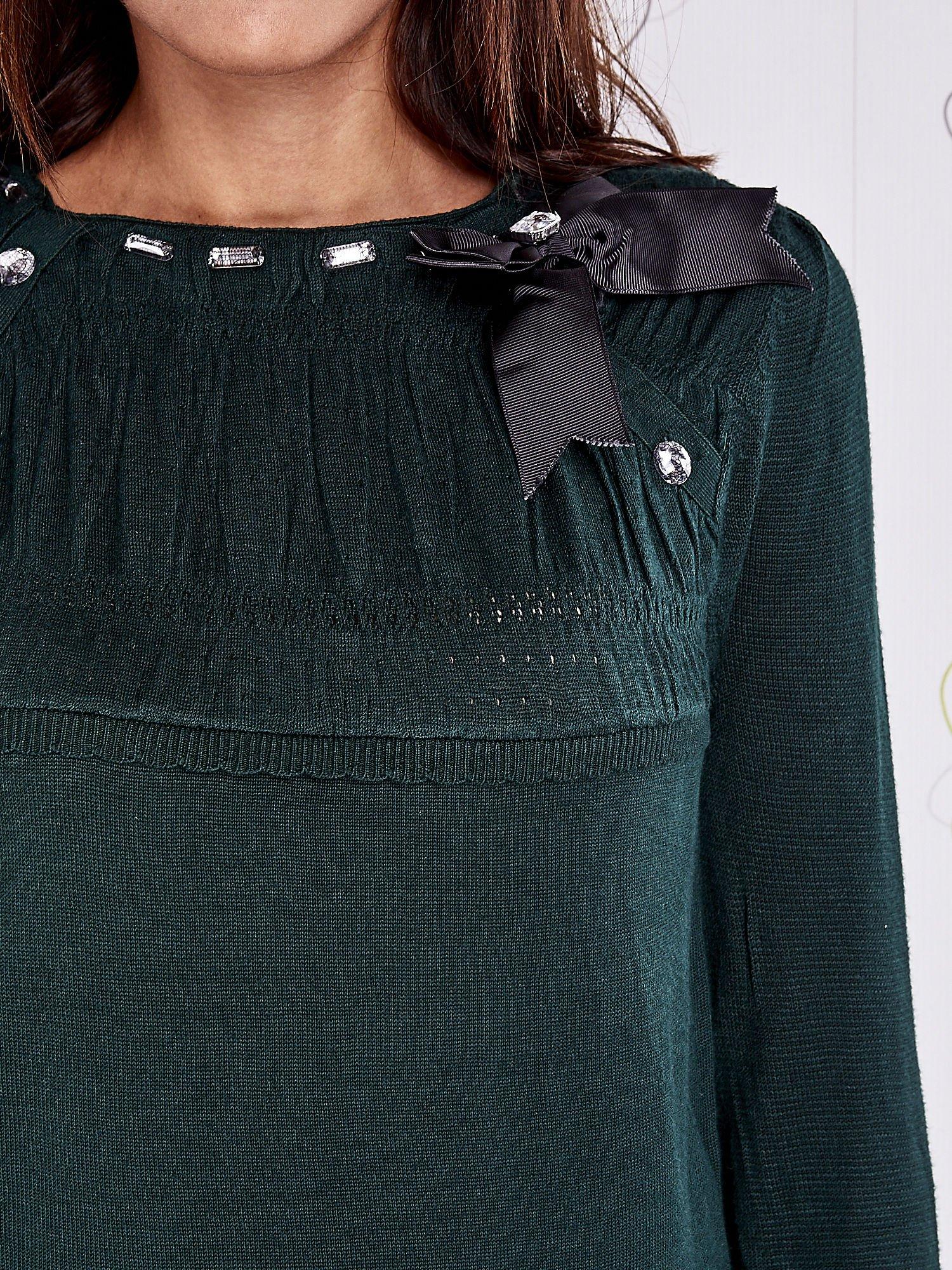 Zielony sweter z aplikacją i kokardą przy dekolcie                                  zdj.                                  5