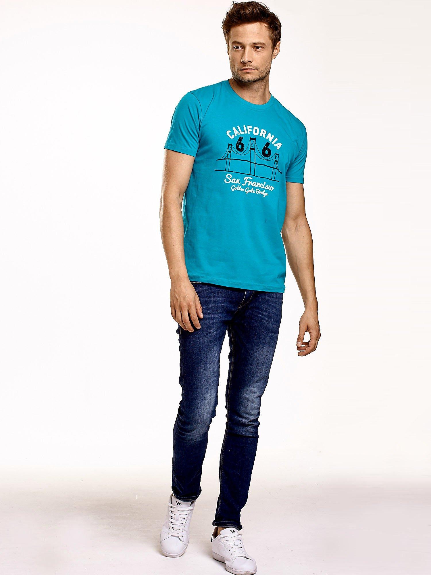 Zielony t-shirt męski z nadrukiem mostu i napisem CALIFORNIA 66                                  zdj.                                  4