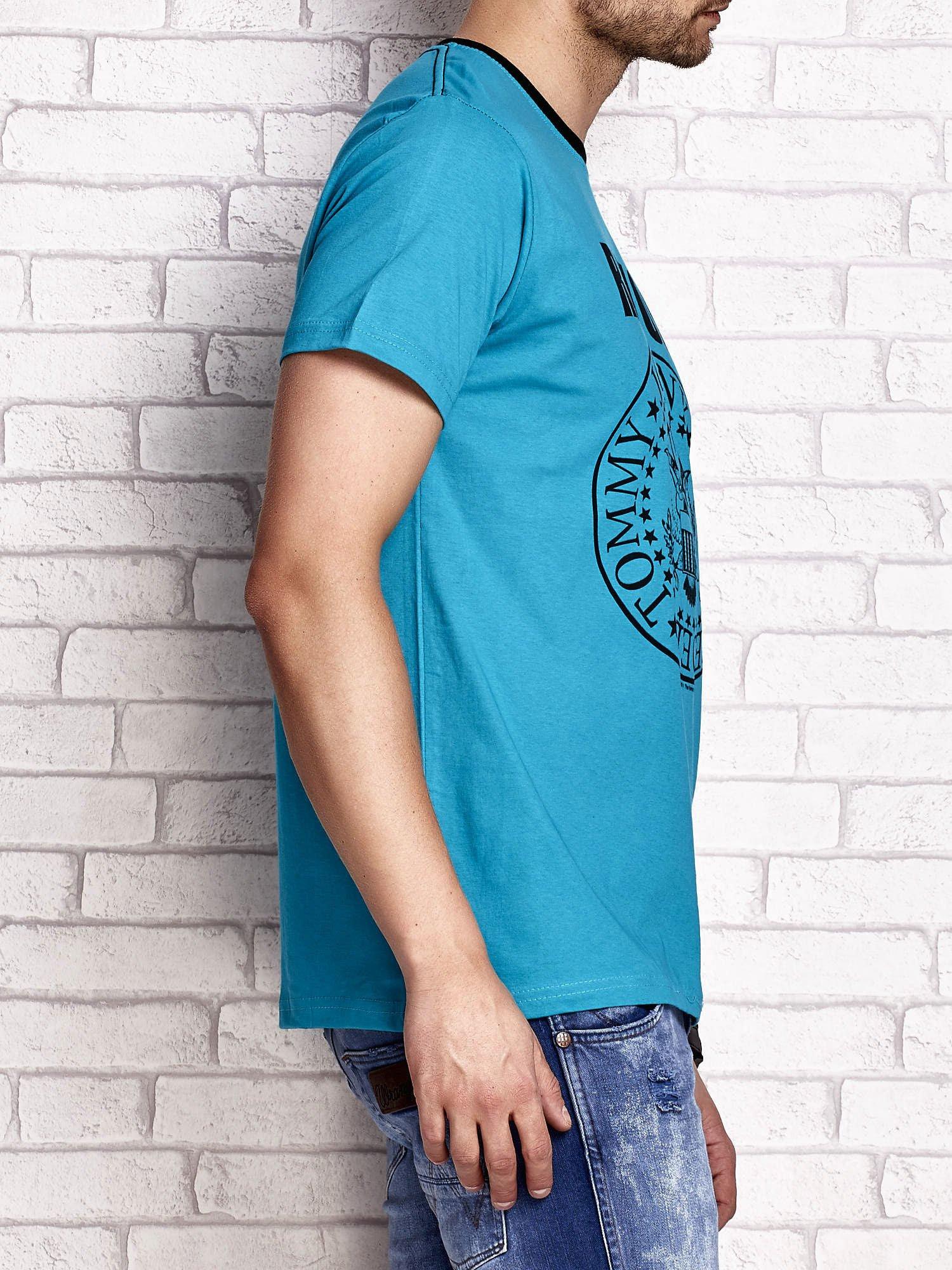Zielony t-shirt męski z napisem RAMOS i nadrukiem                                  zdj.                                  3