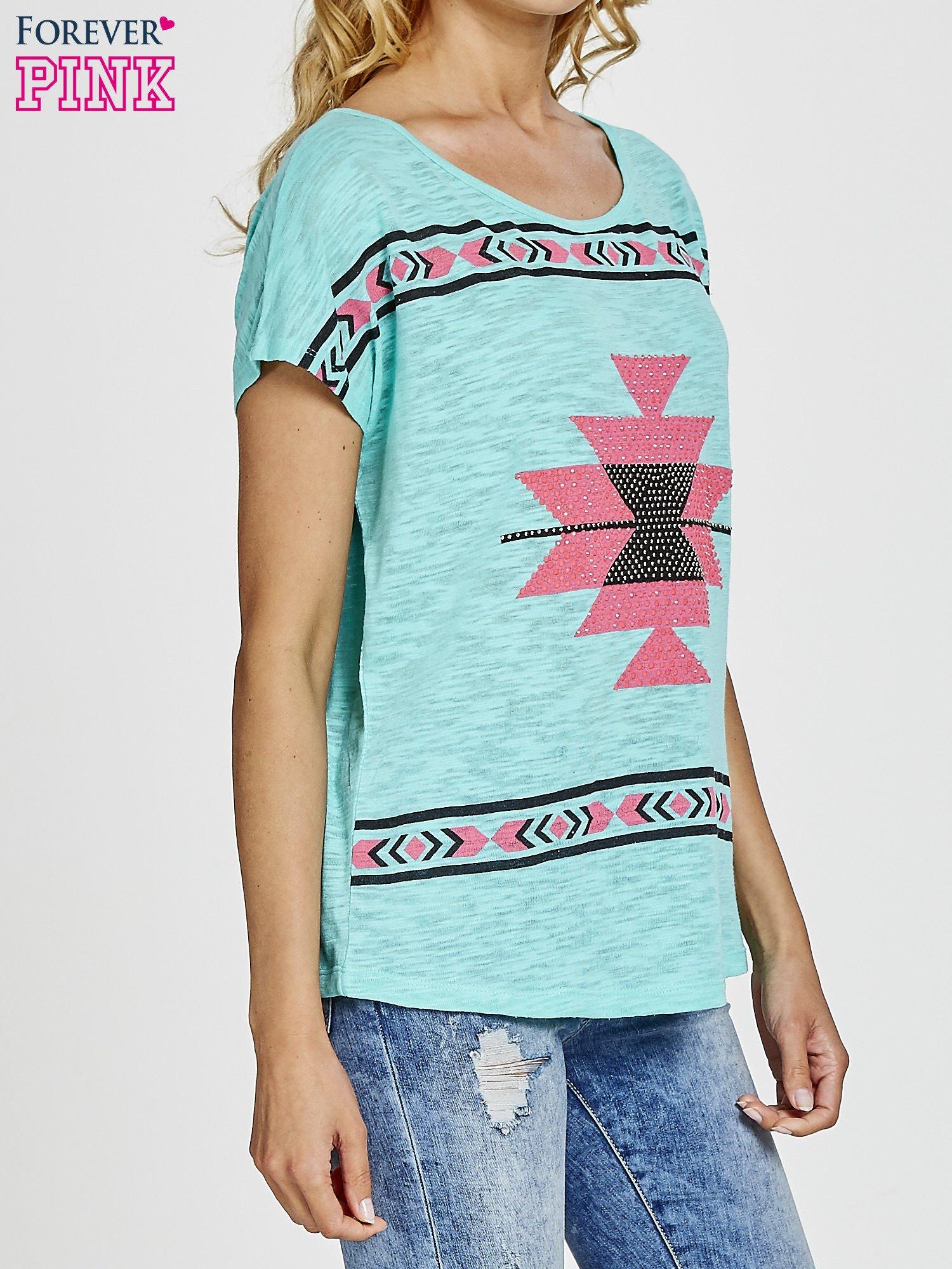 Zielony t-shirt we wzory azteckie z dżetami                                  zdj.                                  3
