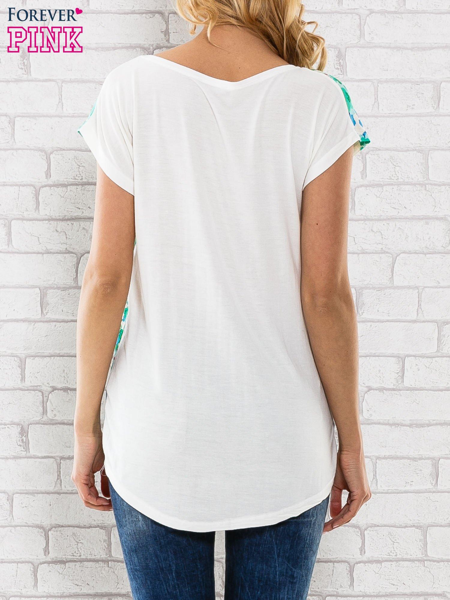 Zielony t-shirt z kwiatowym wzorem                                  zdj.                                  4