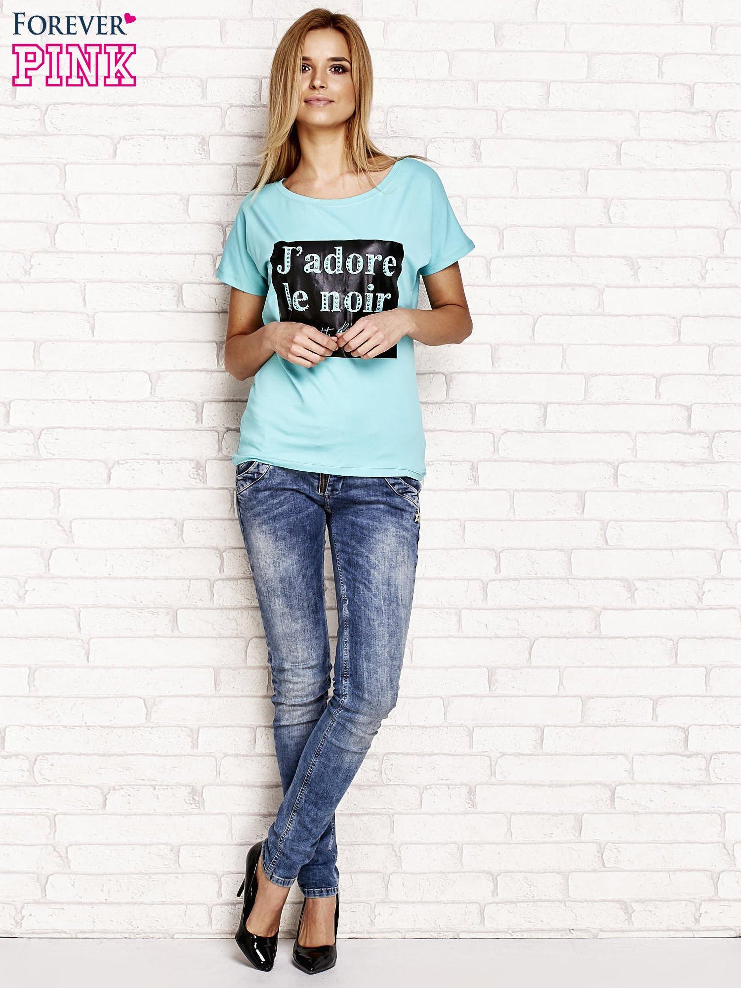 Zielony t-shirt z napisem J'ADORE LE NOIR                                  zdj.                                  4
