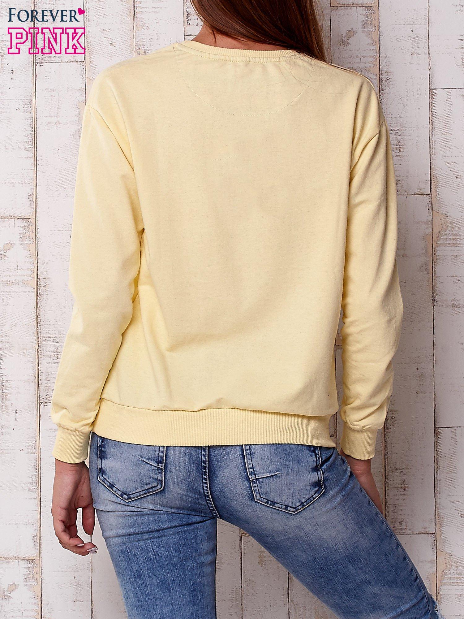 Żółta bluza z nadrukiem kwiatowym i napisem                                  zdj.                                  2