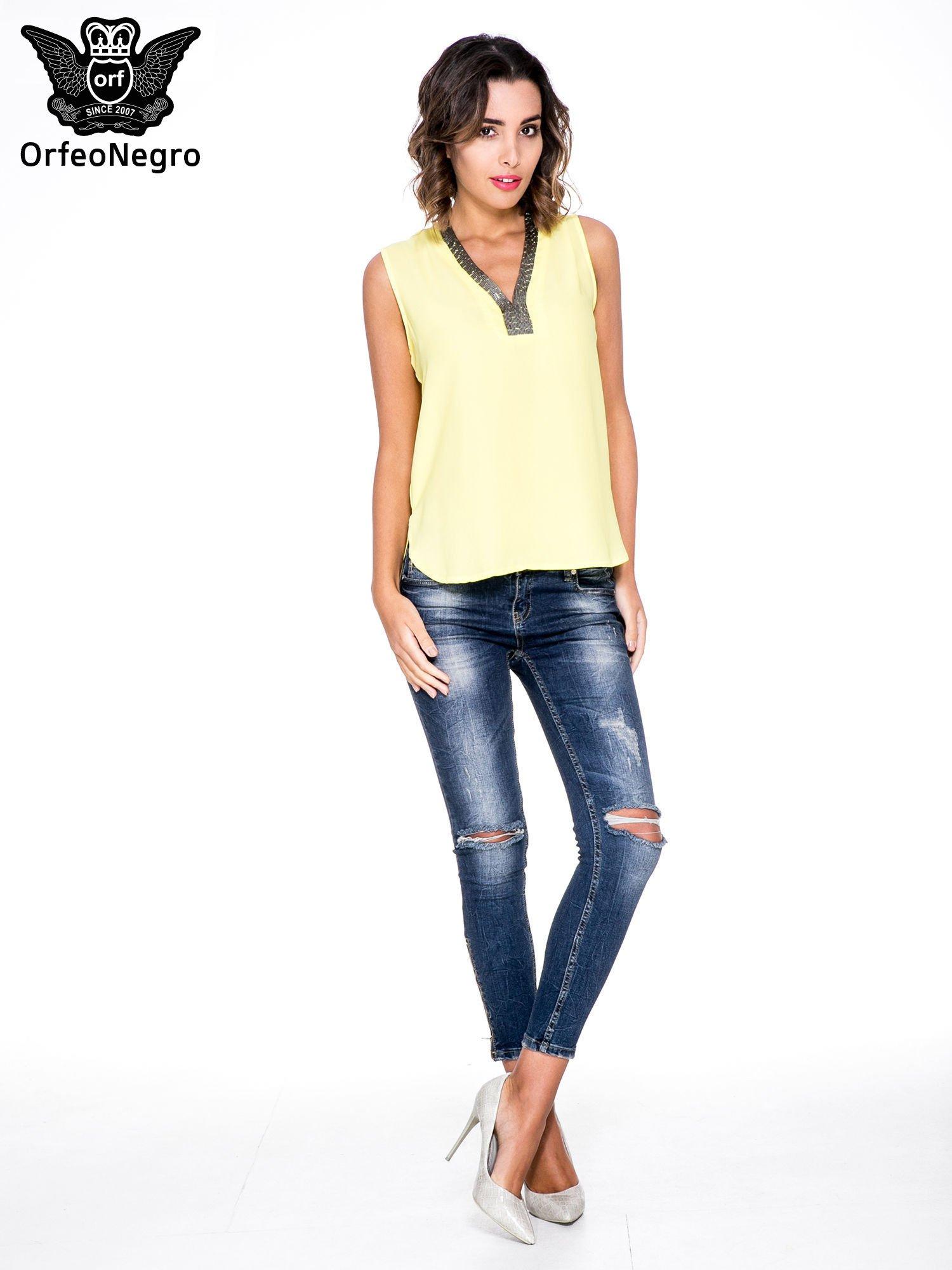 Żółta bluzka koszulowa z biżuteryjnym dekoltem V-neck                                  zdj.                                  2