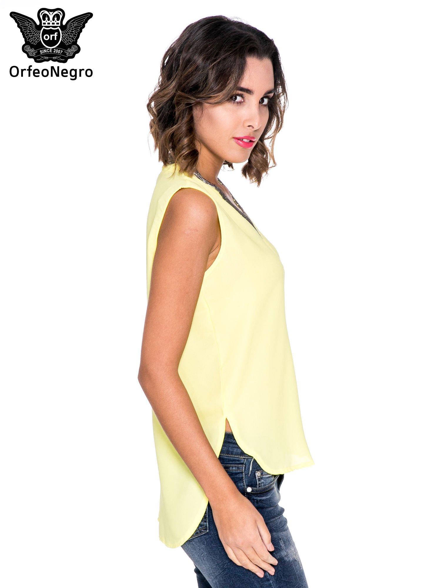 Żółta bluzka koszulowa z biżuteryjnym dekoltem V-neck                                  zdj.                                  3