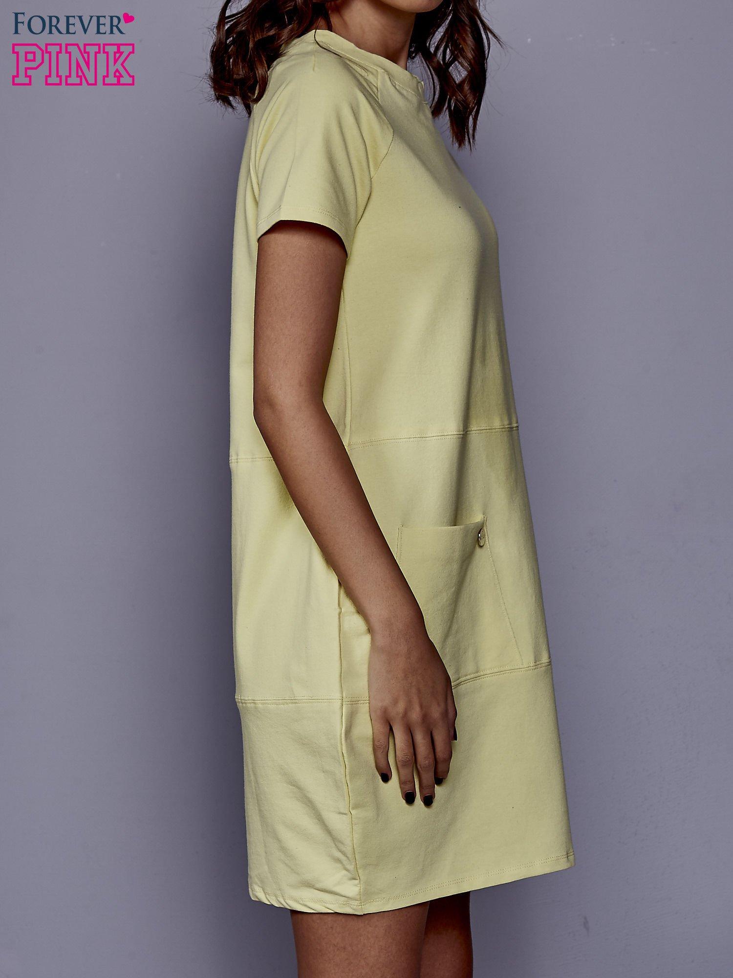 Żółta sukienka dresowa z kieszenią z boku                                  zdj.                                  3