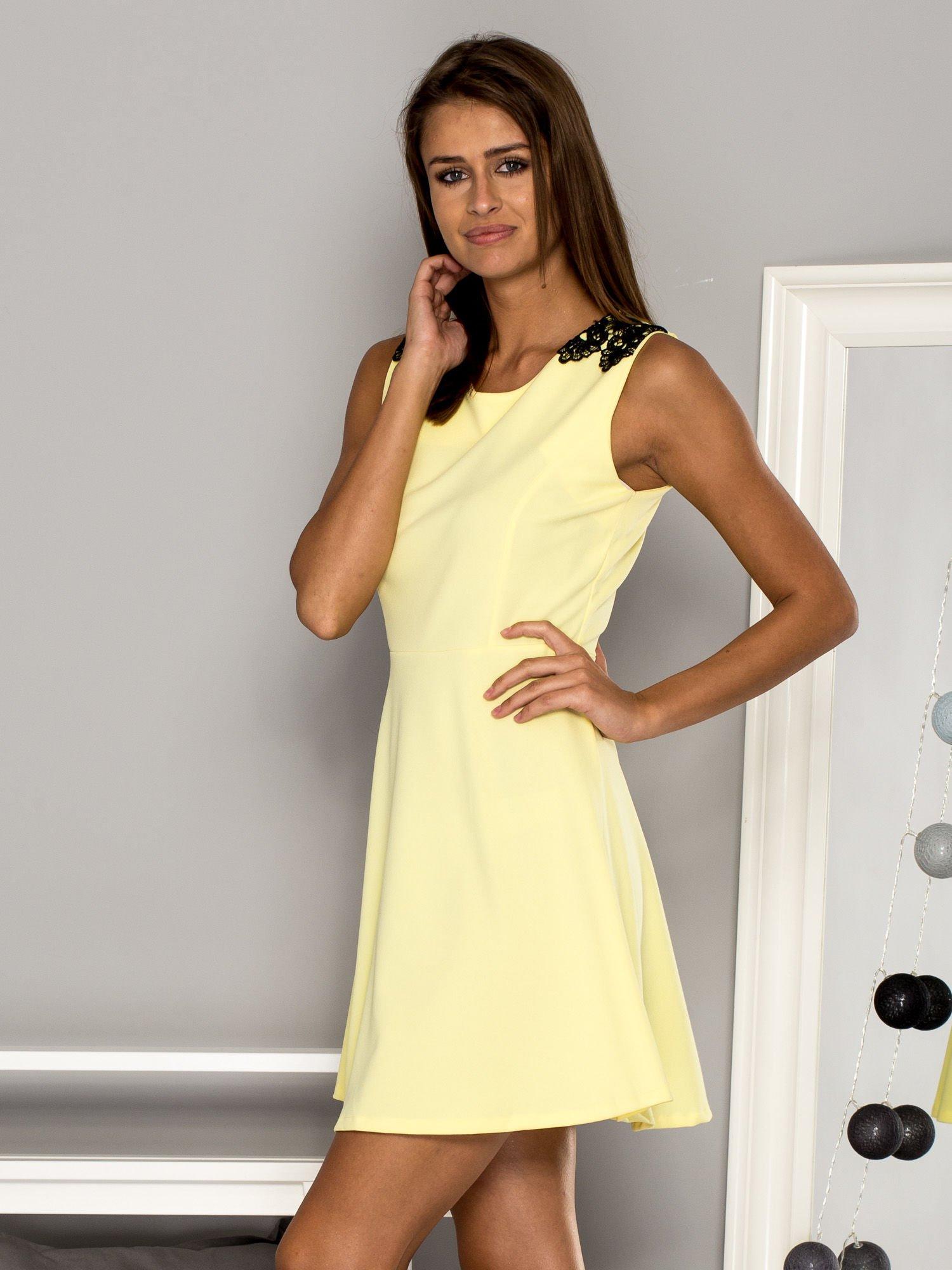 d8fe860f80 Żółta sukienka koktajlowa z koronkowymi wstawkami - Sukienka ...