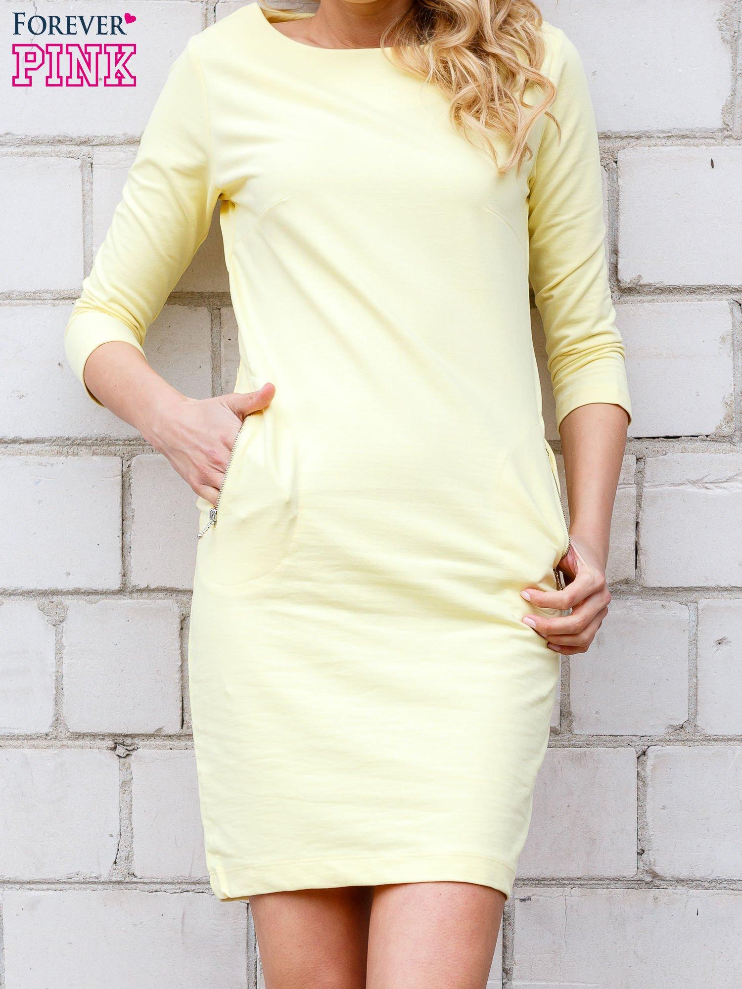 Żółta sukienka z kieszeniami na suwak                                  zdj.                                  2