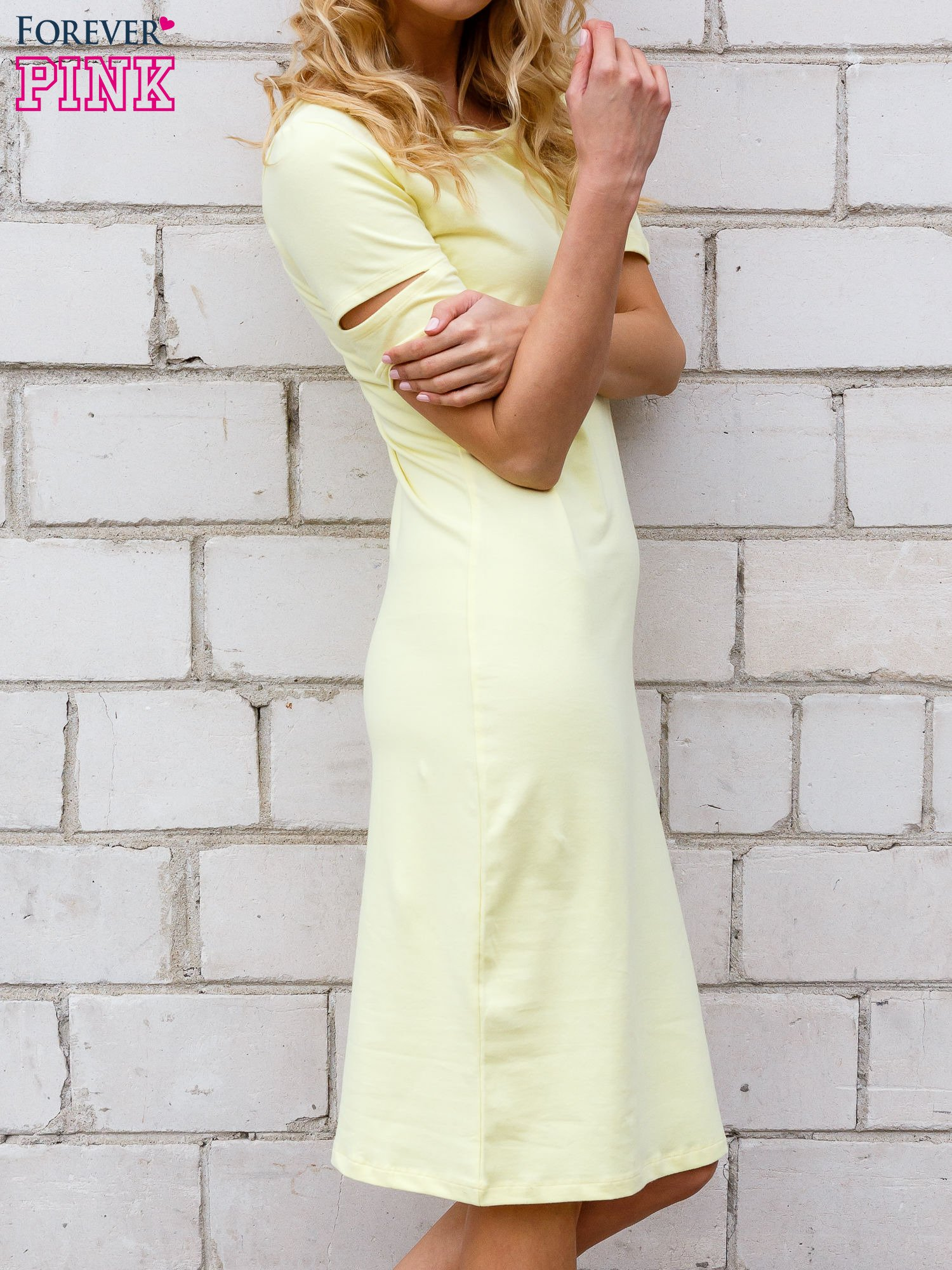 Żółta sukienka z rozcięciami na rękawach                                  zdj.                                  3