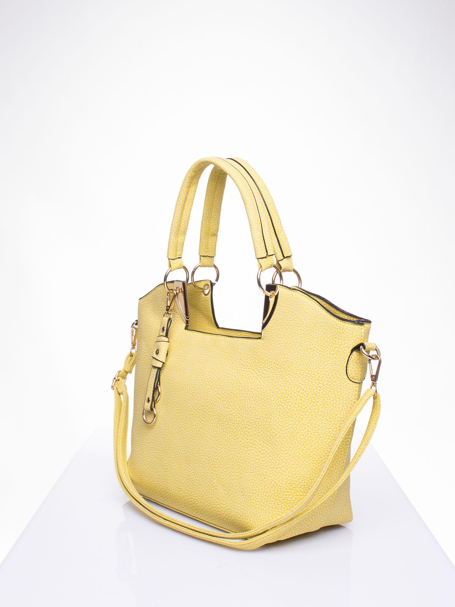 Żółta torebka miejska z ozdobną przypinką                                  zdj.                                  2