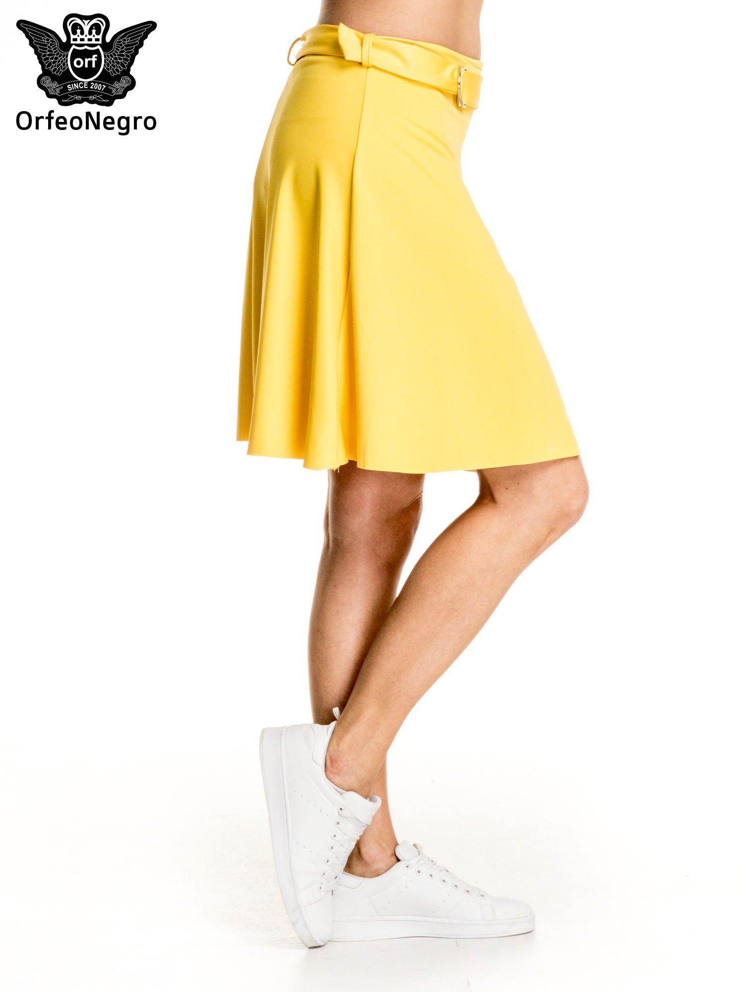 Żółta trapezowa spódnica z paskiem z klamrą                                  zdj.                                  3