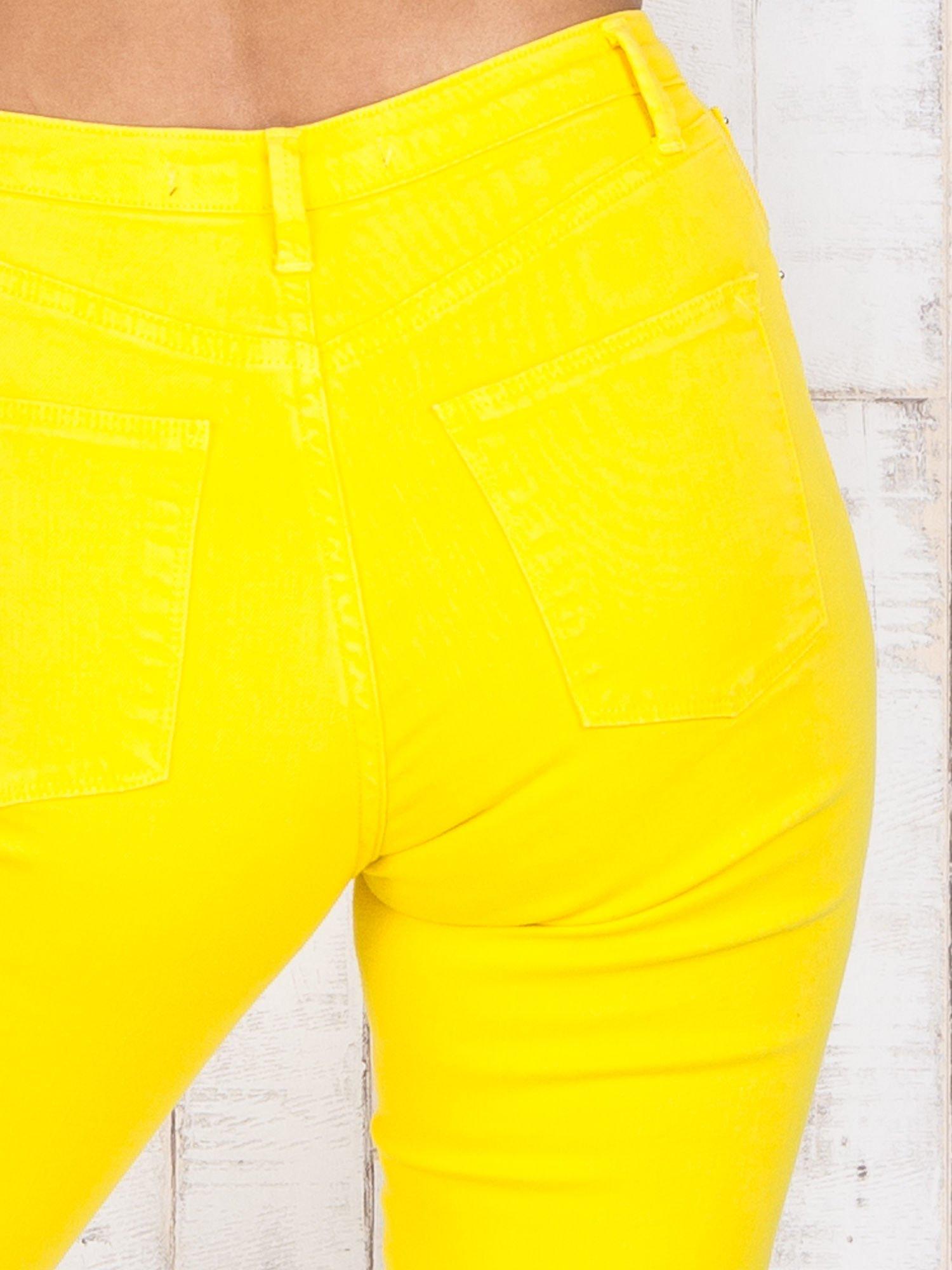 Żółte jeansowe spodnie z dziurami i kieszeniami                                  zdj.                                  5
