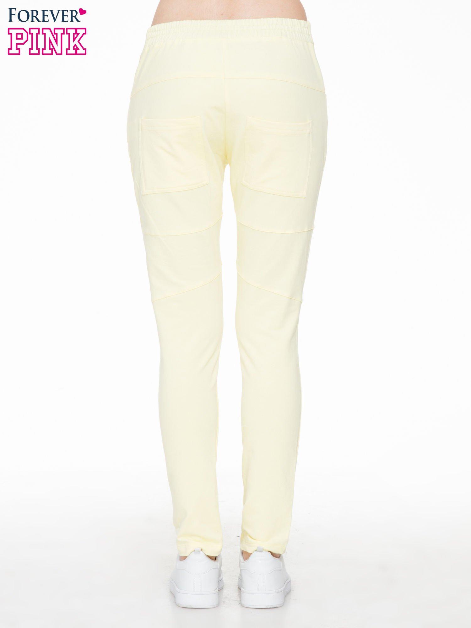 Żółte spodnie dresowe typu baggy z suwakiem                                  zdj.                                  4