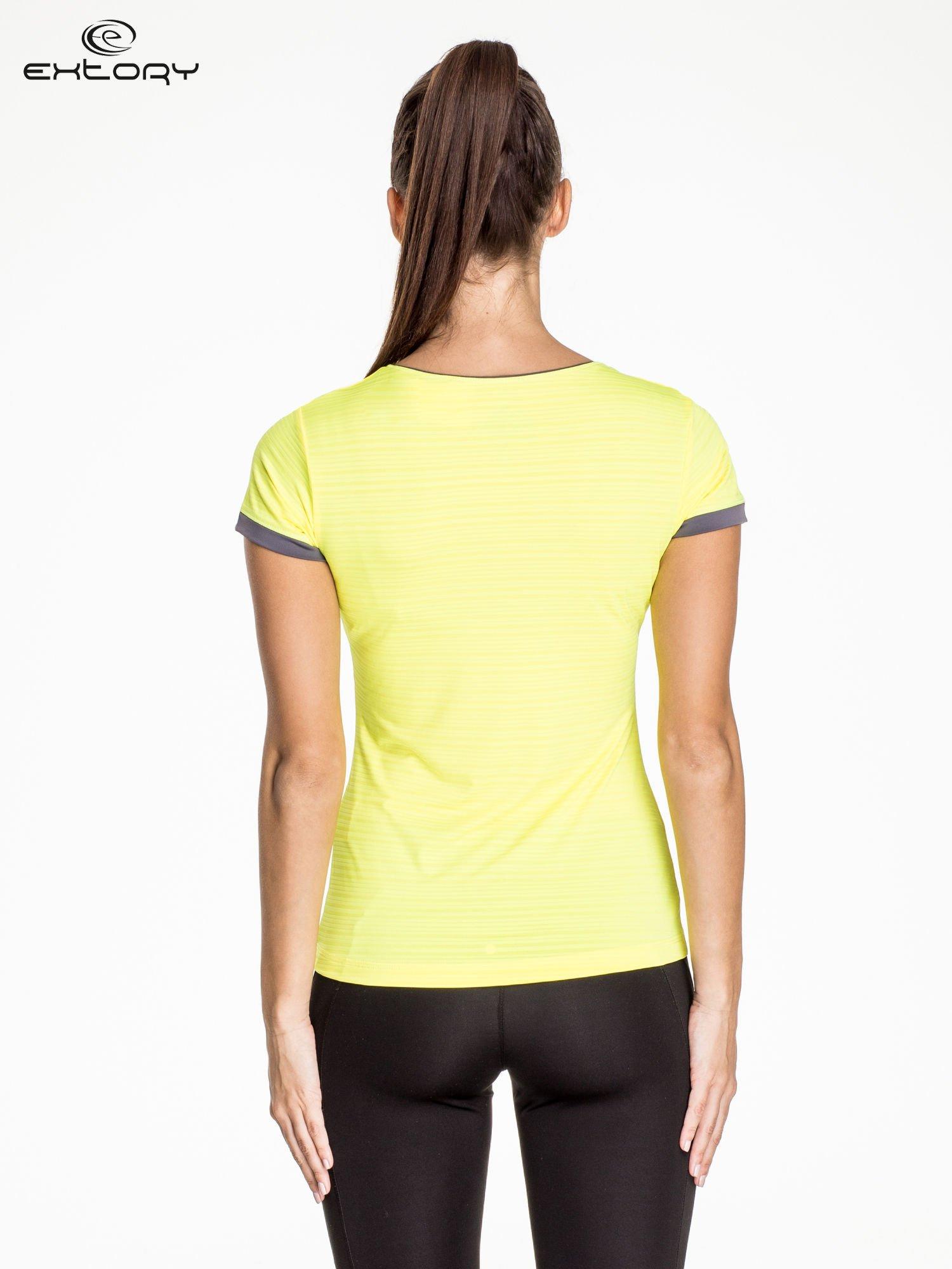 Żółty damski t-shirt sportowy w paski z lamówką                                  zdj.                                  3