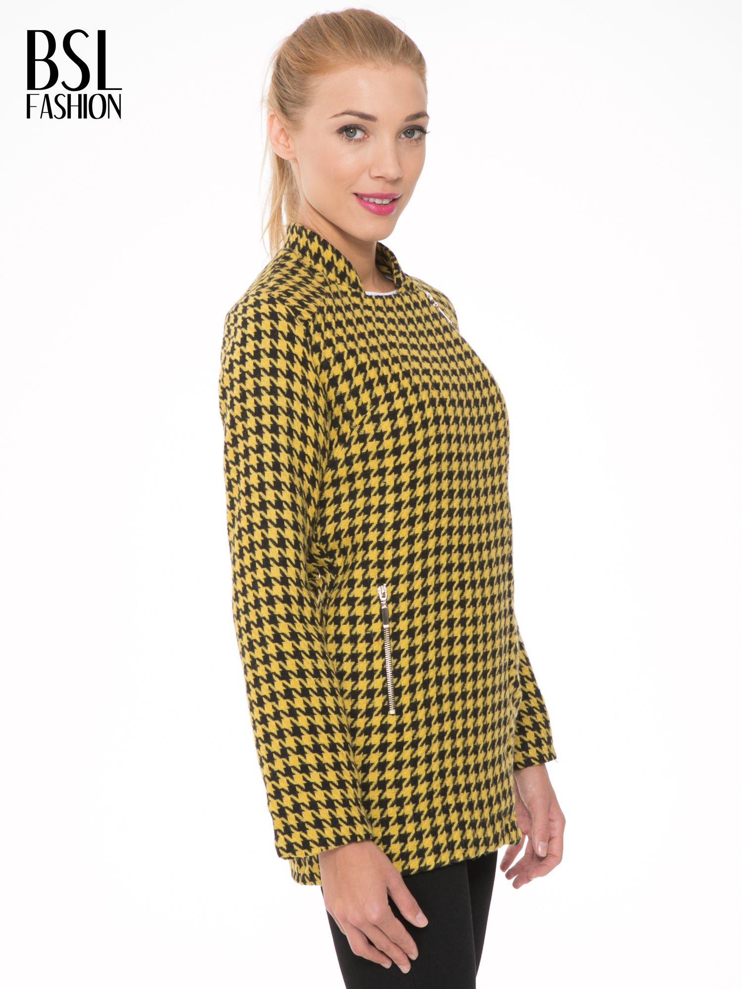 Żółty płaszcz ze skośnym suwakiem we wzór w pepitkę                                  zdj.                                  3