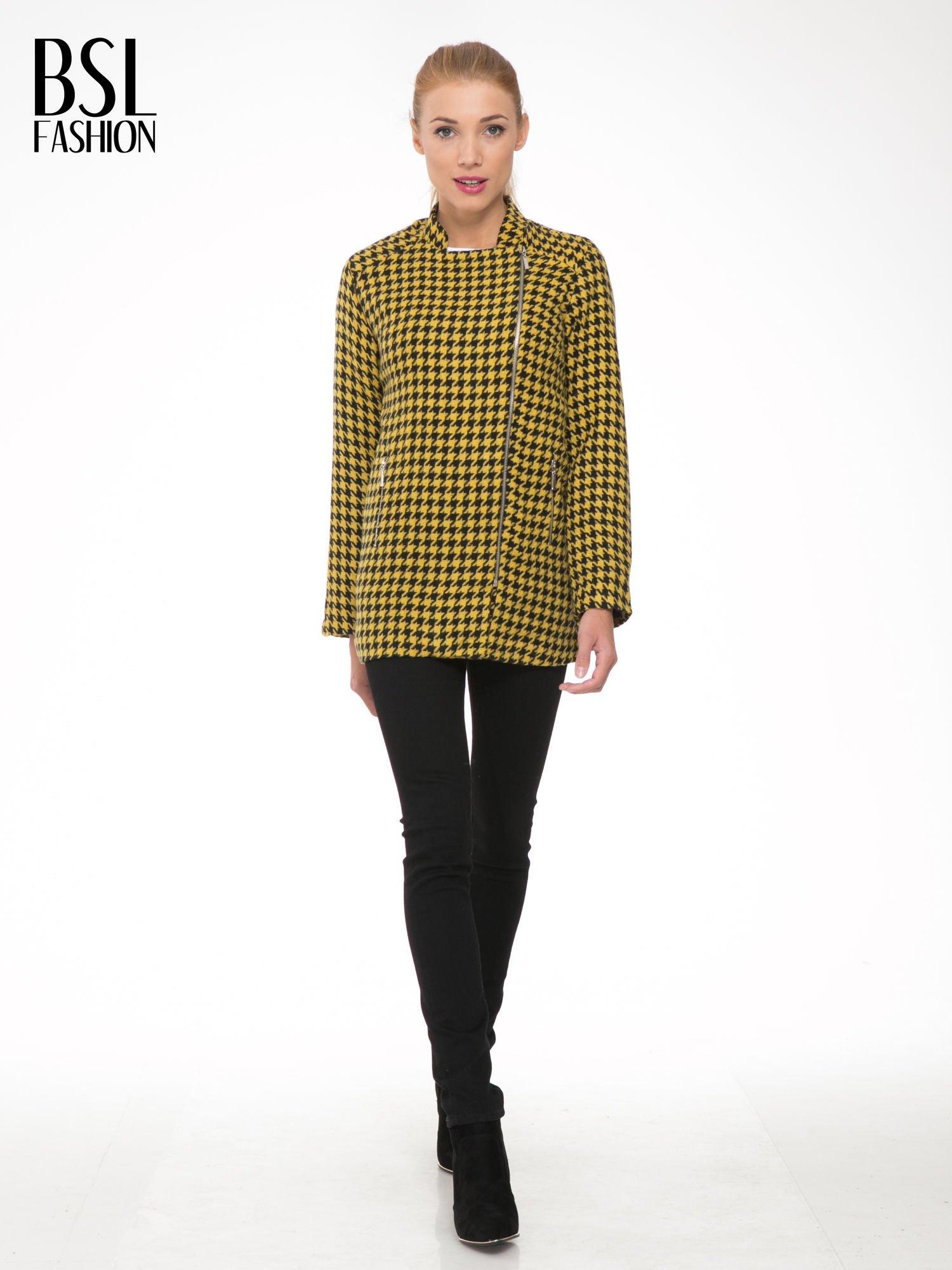 Żółty płaszcz ze skośnym suwakiem we wzór w pepitkę                                  zdj.                                  2