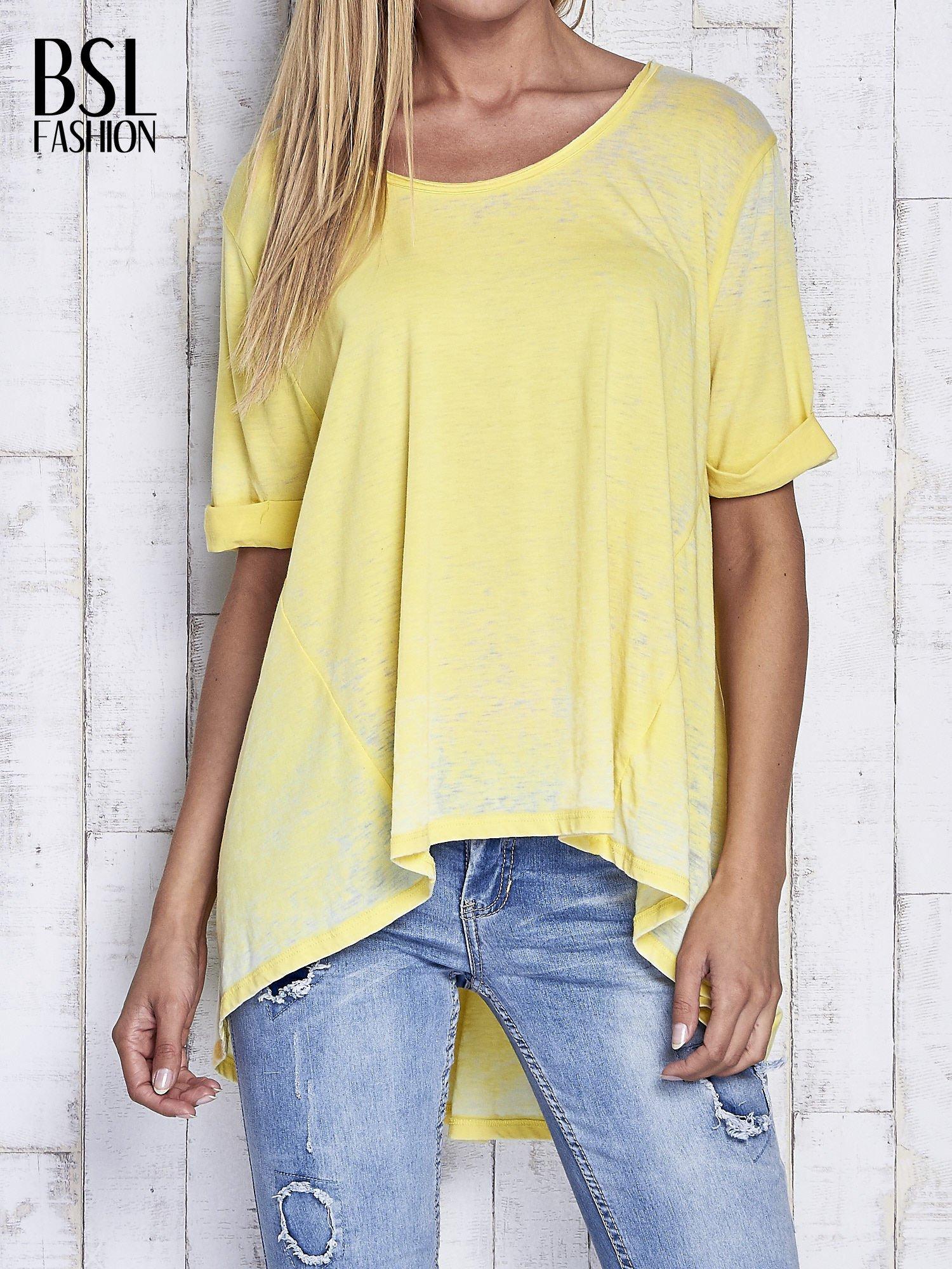 Żółty t-shirt acid wash z szerokim asymetrycznym dołem                                  zdj.                                  1