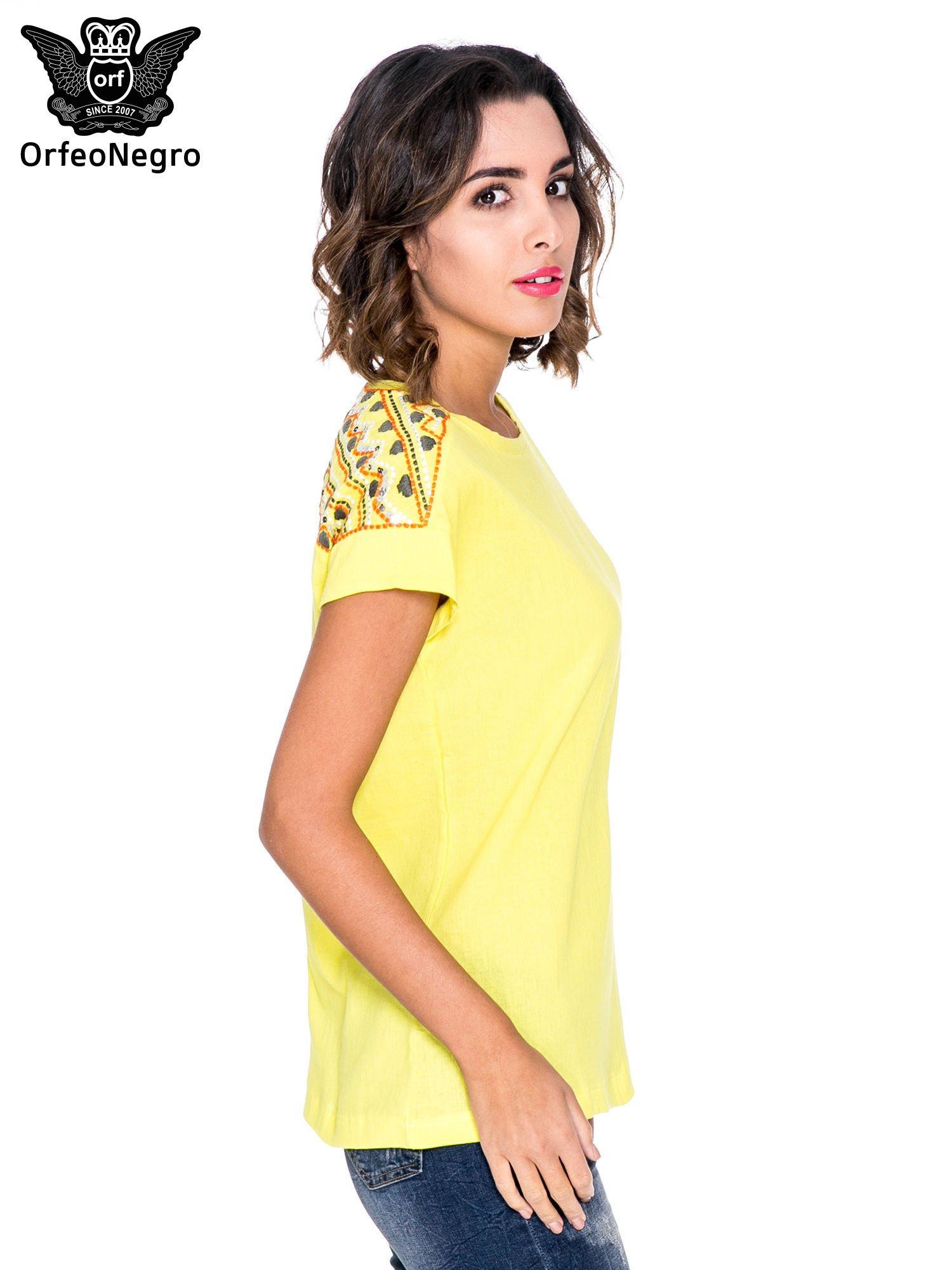 Żółty t-shirt z haftem na plecach zdobionym cekinami                                   zdj.                                  3