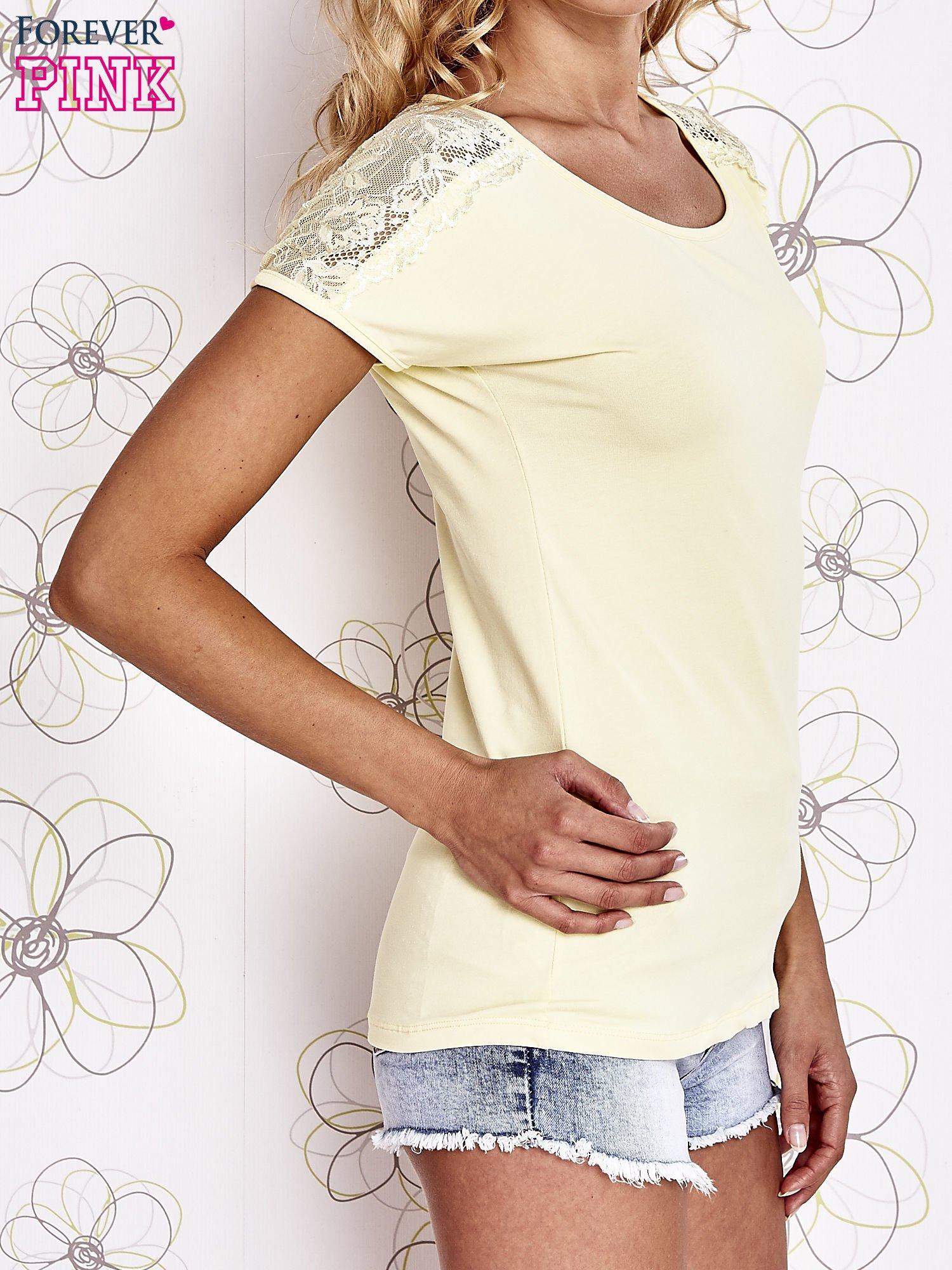 Żółty t-shirt z koronkowym wykończeniem rękawów                                  zdj.                                  3