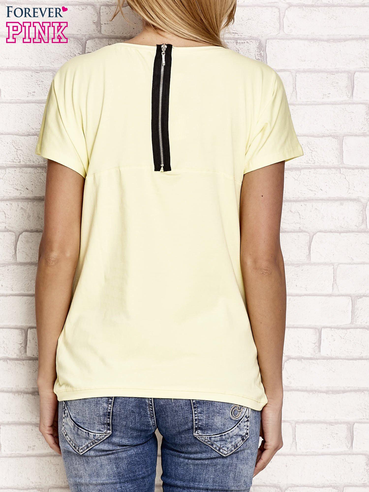 Żółty t-shirt z napisem J'ADORE LE NOIR                                  zdj.                                  2