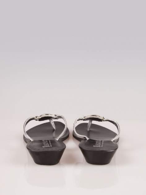 Srebrne klapki typu japonki Daisy na wyższej podeszwie                                  zdj.                                  4