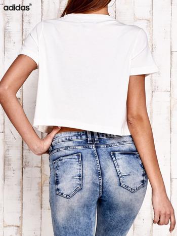 ADIDAS Ecru krótki t-shirt z nadrukiem                                   zdj.                                  3