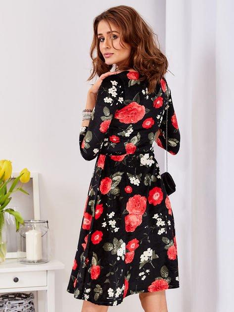 Aksamitna czarna sukienka w kontrastowe kwiaty                                  zdj.                                  2