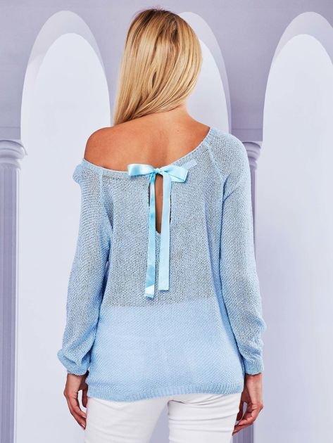 Ażurowy sweter z kokardą na plecach jasnoniebieska                              zdj.                              1