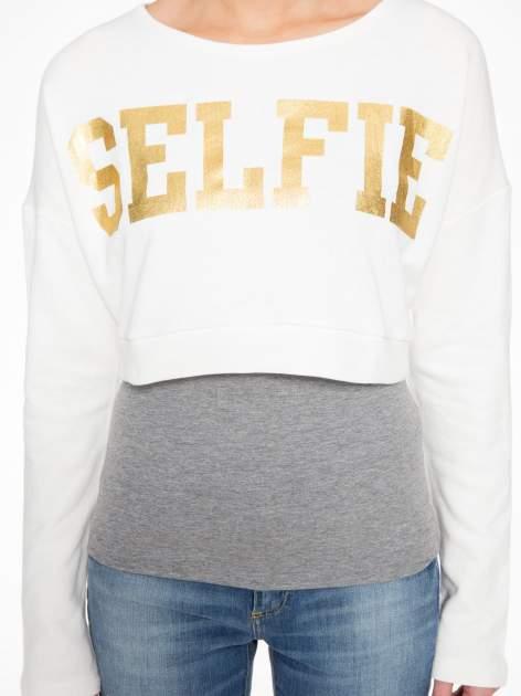 Beżowa bluza cropped ze złotym napisem SELFIE                                  zdj.                                  8