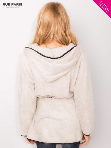 Beżowa bluza z kapturem ze skórzanym paskiem i lamówką                                  zdj.                                  5