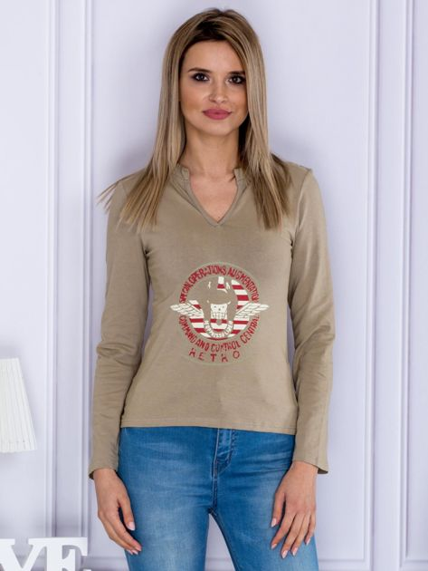 Beżowa bluzka z militarnym nadrukiem                              zdj.                              1