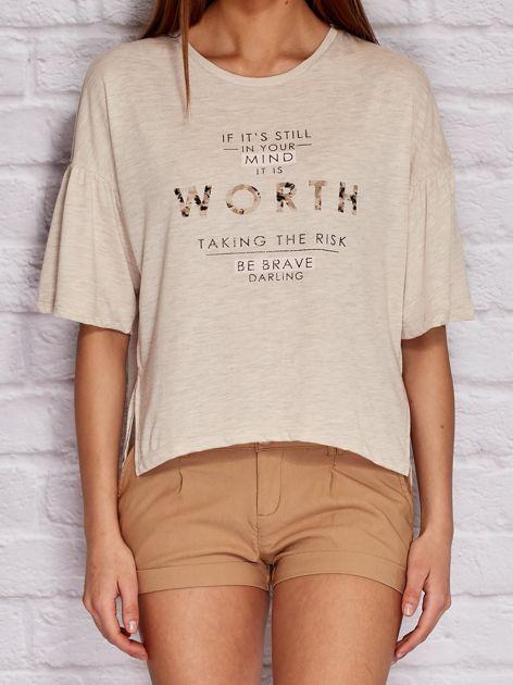 Beżowa bluzka z tekstowym nadrukiem