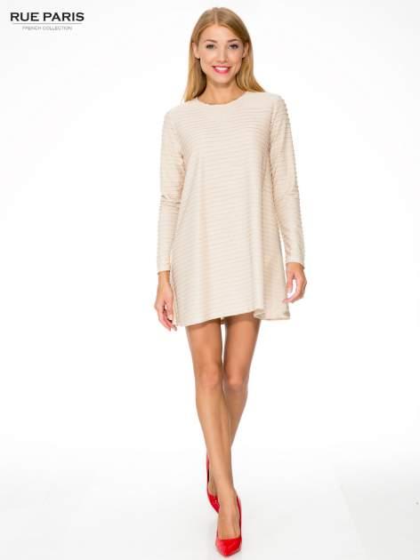 Beżowa dresowa sukienka w prążkowany wzór                                  zdj.                                  2