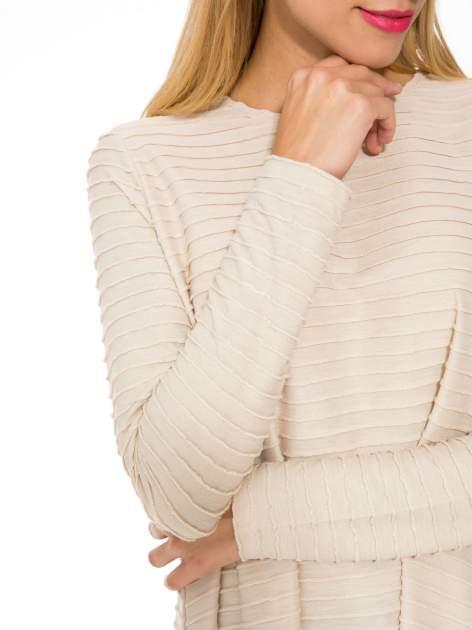 Beżowa dresowa sukienka w prążkowany wzór                                  zdj.                                  8