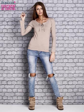 Beżowa gładka bluzka ze sznurowanym dekoltem i troczkami                                   zdj.                                  2