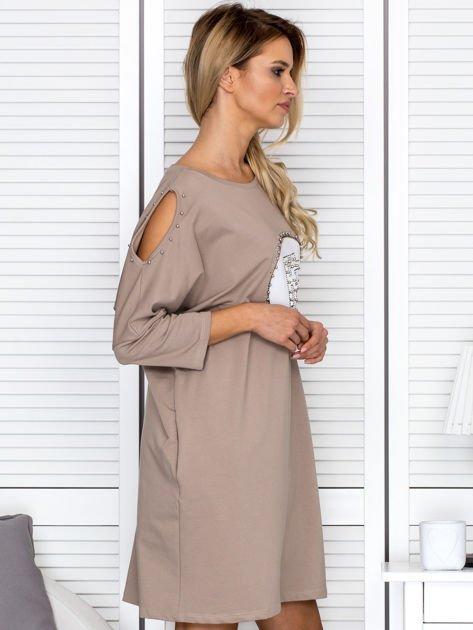 Beżowa sukienka damska oversize z perełkami i okrągłą naszywką                              zdj.                              3