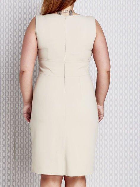 Beżowa sukienka koktajlowa z trójkątnym dekoltem PLUS SIZE                              zdj.                              2