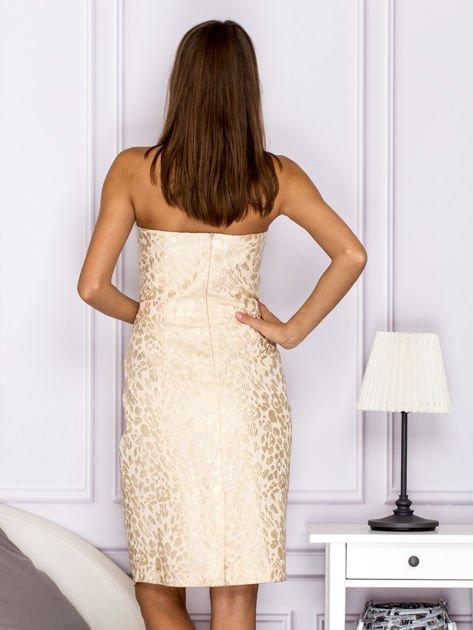 Beżowa sukienka o ozdobnej fakturze                              zdj.                              2