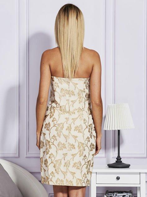 Beżowa sukienka o wypukłej fakturze                                  zdj.                                  2
