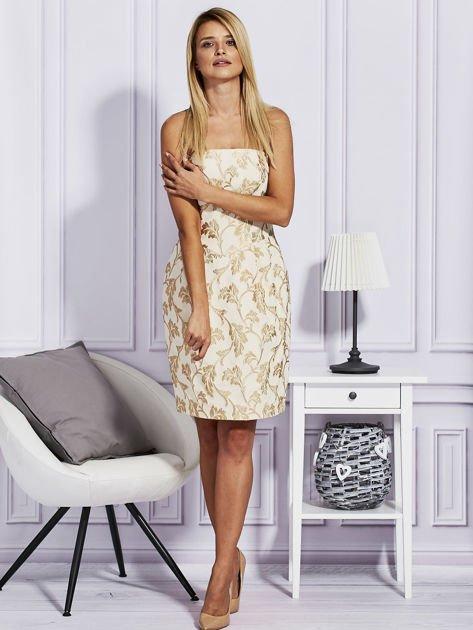 Beżowa sukienka o wypukłej fakturze                                  zdj.                                  4